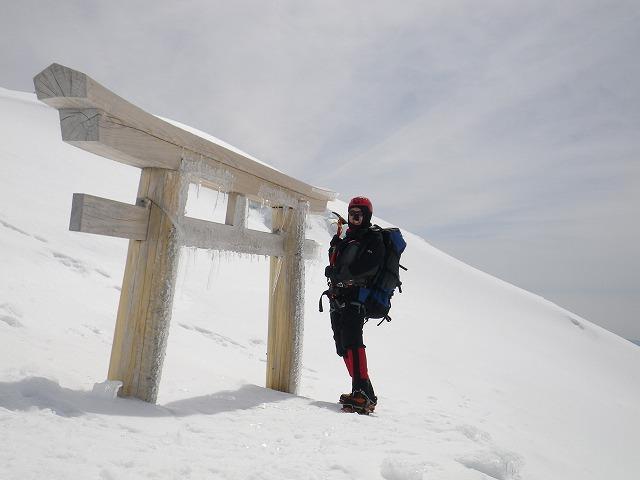 冬の積雪期の富士山の鳥居