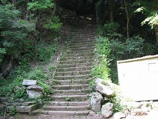 きつーい男坂そびえたつ階段