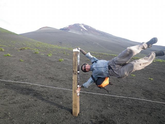 富士山の強風で体が飛ばされそうに!?