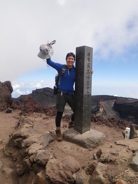 2014年 富士山頂 剣ヶ峰の石碑まえで