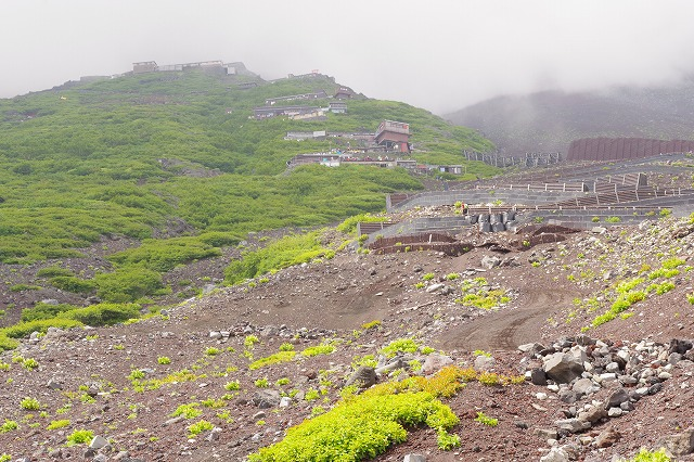 吉田ルート登山道(登りルート) 六合目~七合目 立ち並ぶ山小屋が見える