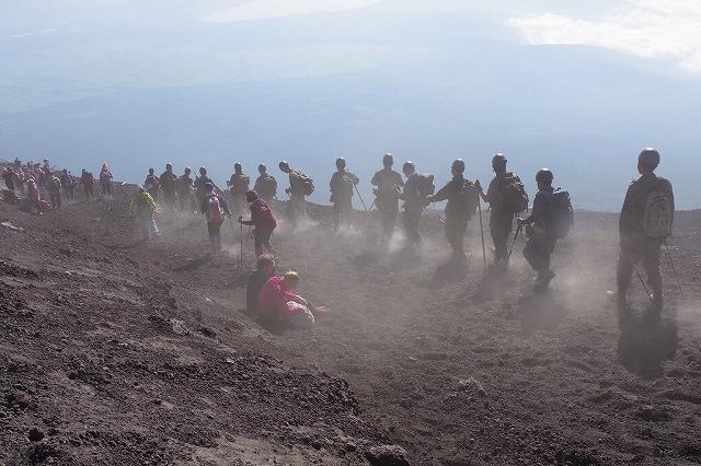 団体下山だと、砂埃量も多い