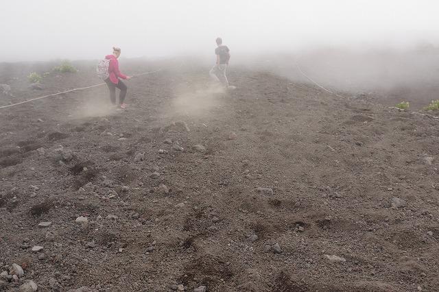 須走ルート下山道 砂走りで砂埃発生