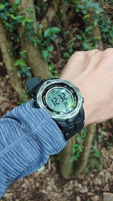 登山時、腕時計を直接肌の上に装着する