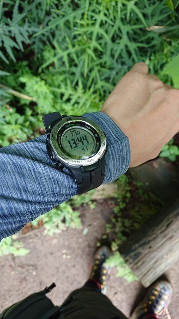 登山時、腕時計を袖の上に装着する