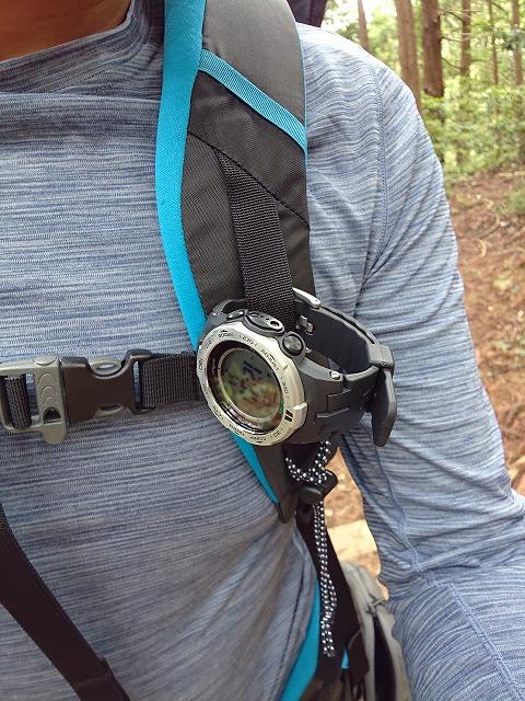 登山時、ザックのショルダーハーネスに装着する